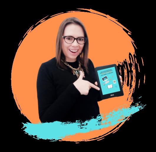 mujer señalando ebook sonrientemente