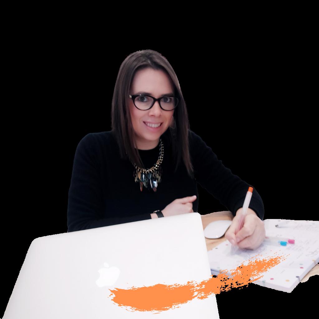 mujer sentada trabajando, sonriente - Lina Cleves